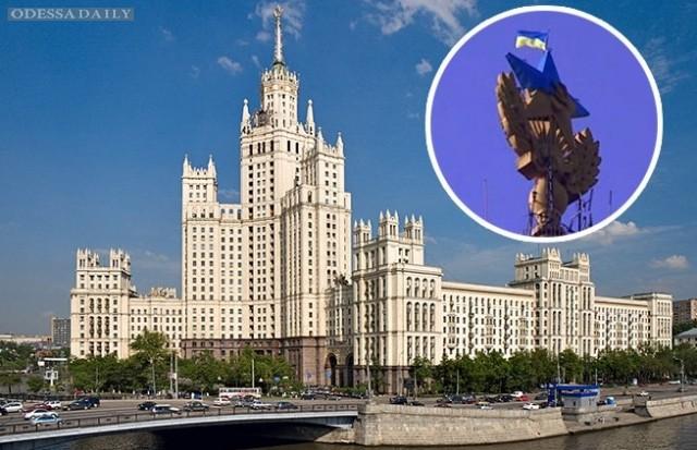 В Москве на высотке перекрасили звезду и вывесили флаг Украины