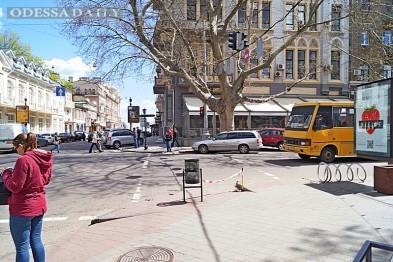 В центре Одессы ограничили движение из-за провала в тротуаре