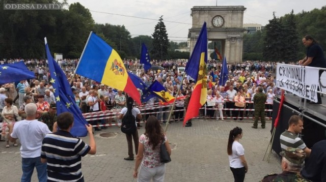 Протестующие в Молдове уже не требуют отставки президента после встречи с ним