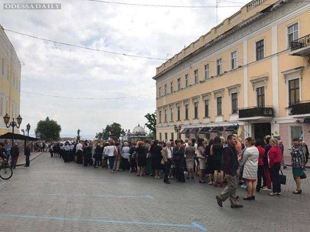 Визит Порошенко в Одессу: людей не пускают, в активисты протестуют