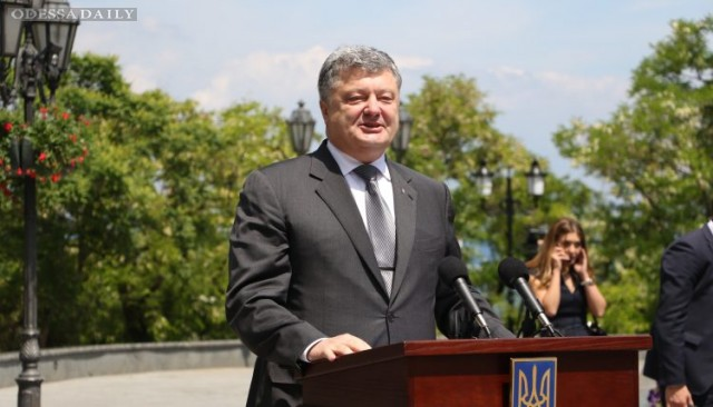 Визит Порошенко в Одессу: президент подарил квартиру семье бойца АТО