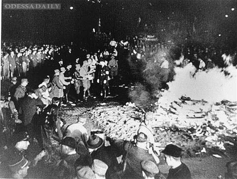 «Акция против неукраинского духа»: когда в Украине начнут сжигать книги?