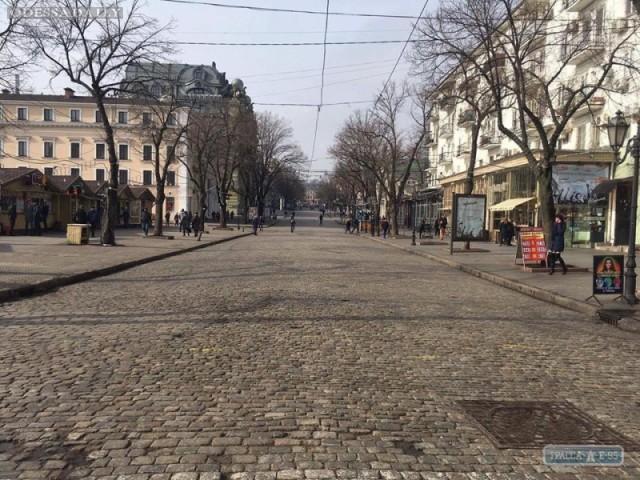 Новый год закончился. Коммунальщики убрали гигантские шары на Дерибасовской в Одессе