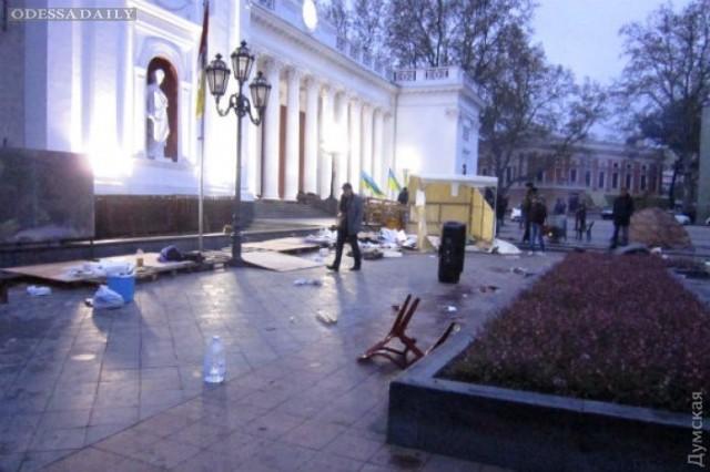 Полиция задержала пятерых титушек, громивших палаточный городок возле Одесской мэрии