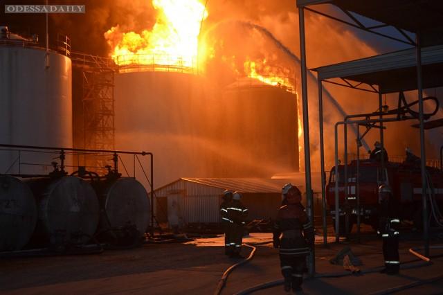 Спасатели начали пенную атаку на месте пожара на нефтебазе под Киевом