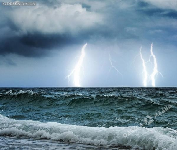 На завтра в Одессе объявлено штормовое предупреждение: ожидается гроза