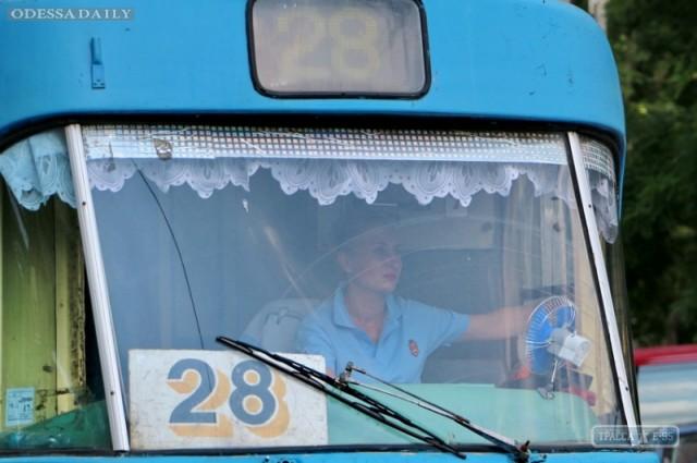 Водителей одесских трамваев и троллейбусов переодели в новую униформу