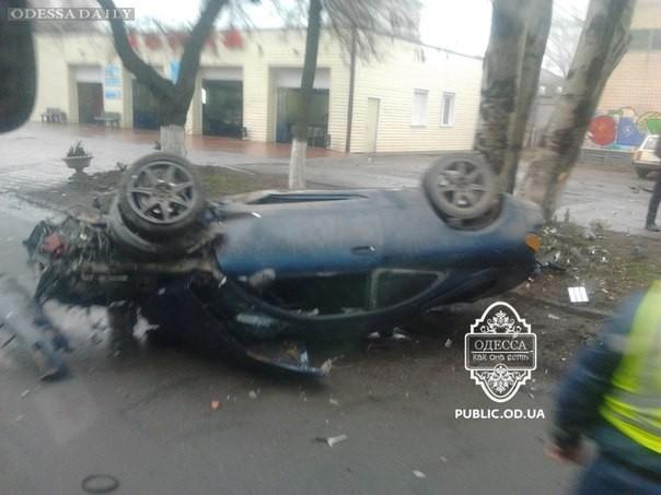 Авария на Черноморского Казачества – машина приземлилась на крышу. Фото