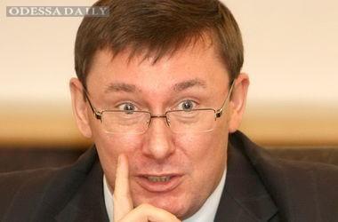 Луценко объяснил, почему не увольняют Яценюка