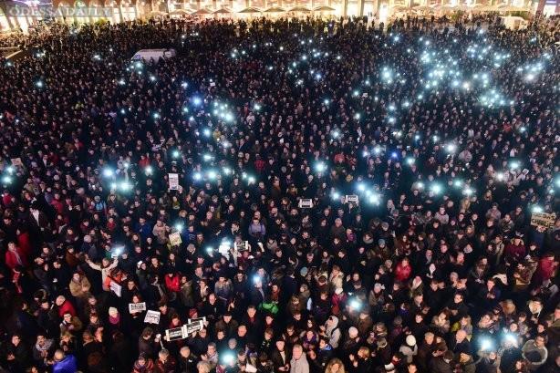 Французы массово выходят на улицы поддержать издание Charlie Hebdo