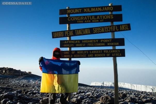 В честь Дня Независимости одессит поднял флаг Украины над самой высокой вершиной Африки