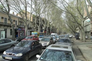 Пассажиры идут пешком: центр Одессы застыл в пробках