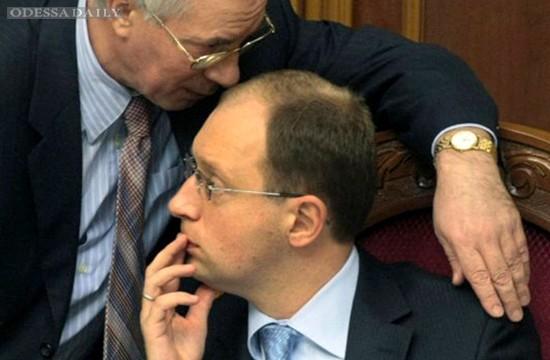 Беглый премьер Николай Азаров рассказал, как Яценюк и Порошенко бездарно работали в его правительстве