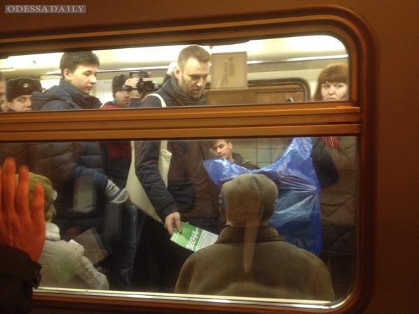 Навального освободили после задержания и проводили до метро