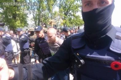 В Одессе с Аллеи Славы выводят задержанных и пакуют в автозаки