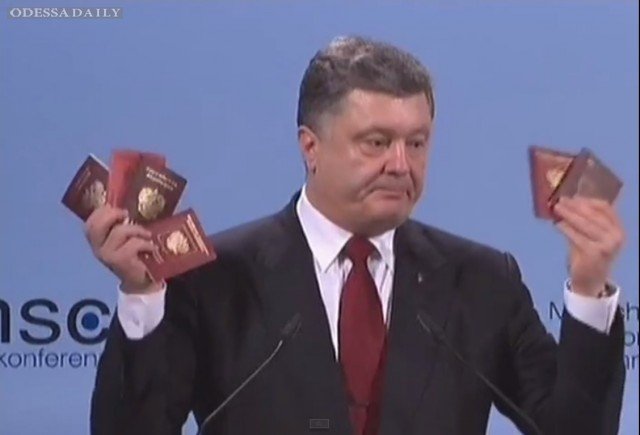 Порошенко в Мюнхене продемонстрировал веер документов российских военных