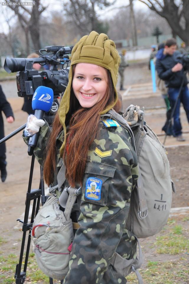 «Один день в армии», или как одесские журналисты по мишеням стреляли и с парашютами прыгали. Фоторепортаж