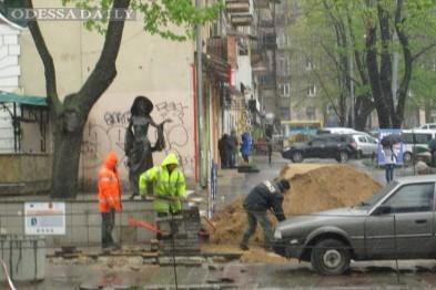 Дождь не помеха: Одесские рабочие продолжают ремонт Преображенской