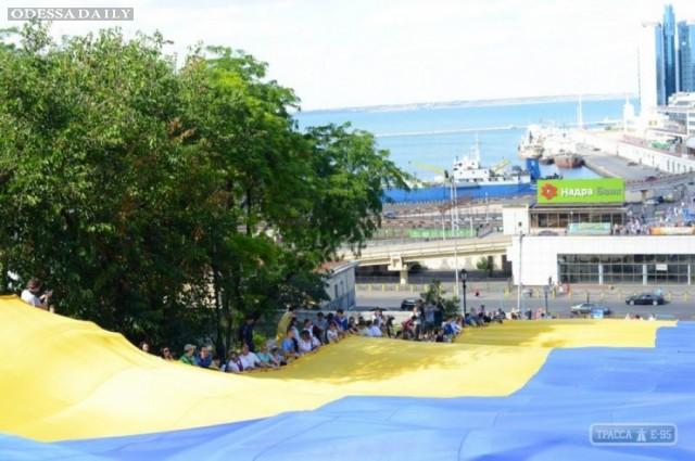 На Потемкинской лестнице сегодня растянут огромный флаг Украины