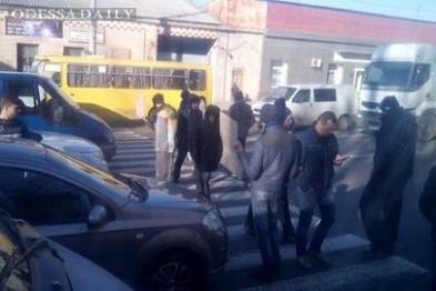 Из-за протестов дорога на Котовского в Одессе перекрыта в оба направления, трамваи остановились