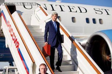 У Путина рассказали, что Керри привез в Москву в красном чемодане