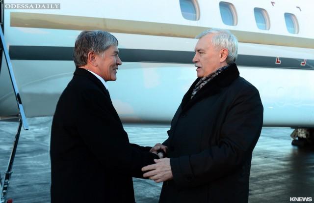 Глава Киргизии прибыл на встречу с исчезнувшим Путиным