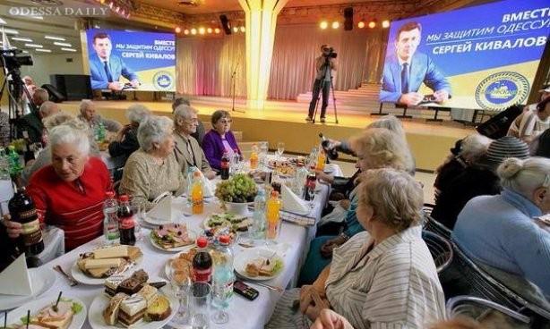 Активисты зафиксировали, как Кивалов подкупает избирателей