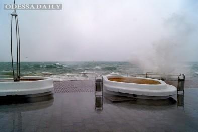 На море в Одессе разразился шторм