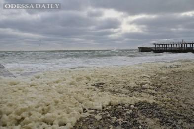 Шторм на пляжах Одессы образовал кучи отвратительой пены