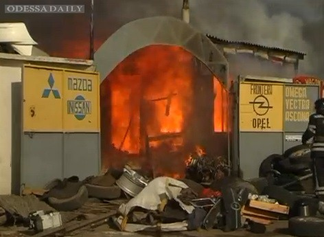 Пожар на авторынке «Куяльник». Видео