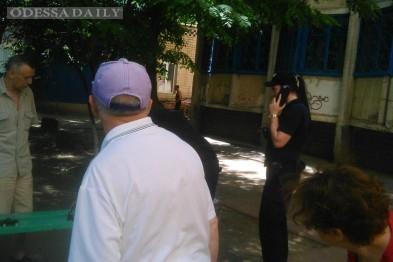 На Котовского по улице бродила трехлетняя девочка, пока пьяная мама спала на скамейке
