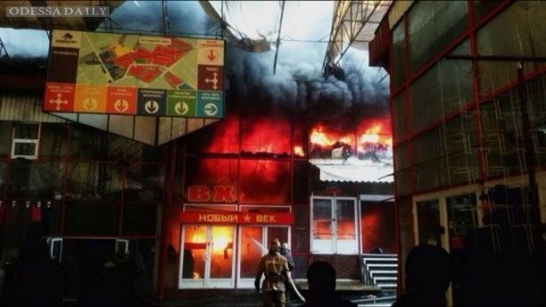 В Харькове пожар на территории ТЦ Барабашово, площадь возгорания - более 2 тысяч кв.м