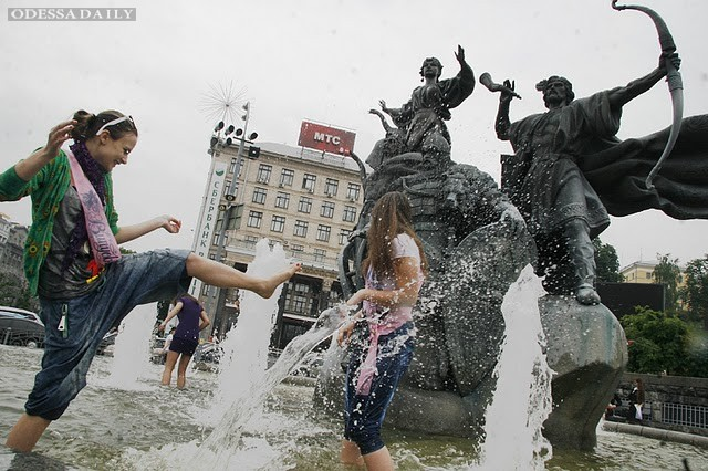 Медики предупреждают: купаться в фонтанах опасно для здоровья