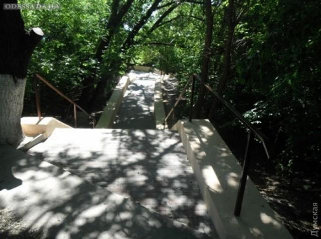На склонах отремонтировали еще четыре лестницы, ведущие к пляжам