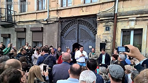 Кандитат в мэры Одессы Боровик показал Саакашвили двор своего детства на Молдаванке