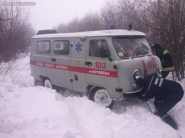 Спасатели вытащили автомобиль скорой помощи из снежного сугроба