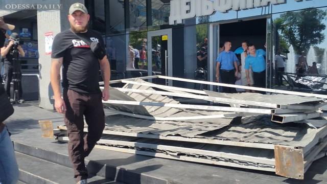 Хроники одесских пляжей: снесенный забор и стычки возле одесского Дельфинария