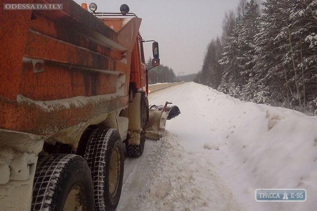 Спасатели постепенно открывают для движения транспорта дороги Одесской области