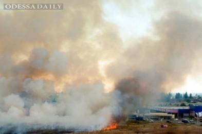 Масштабный пожар в Одессе вплотную подобрался к крупнейшему рынку