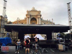 Возле Оперного театра установили сцену: покажут спектакль «Тени забытых предков»