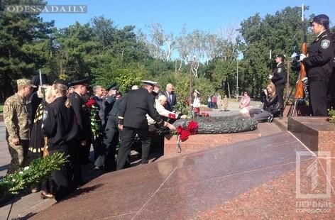 К памятнику Неизвестному матросу возложили цветы в честь Дня партизанской славы