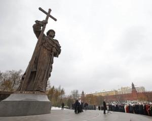 Возле Кремля поставили памятник киевскому князю