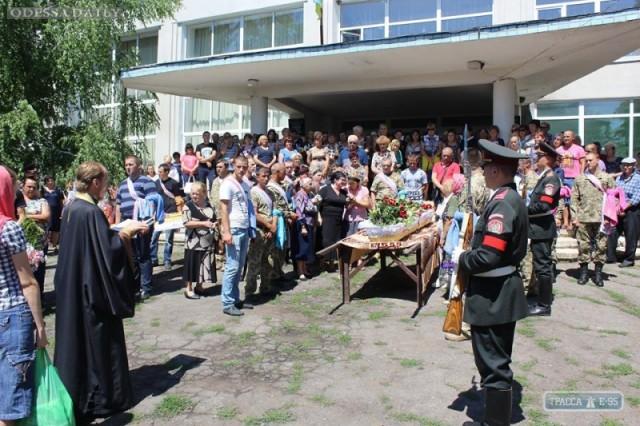 Жители Окнянского района на коленях прощались с погибшей в АТО 23-летней военнослужащей