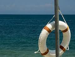 Два пенсионера на надувном матрасе чуть не погибли в море