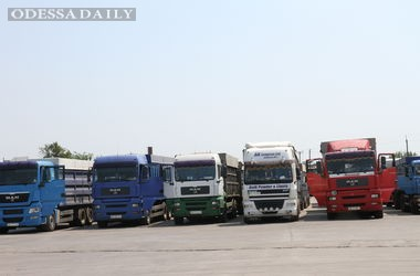На границе России застряли десятки фур и вагонов с товарами из Украины