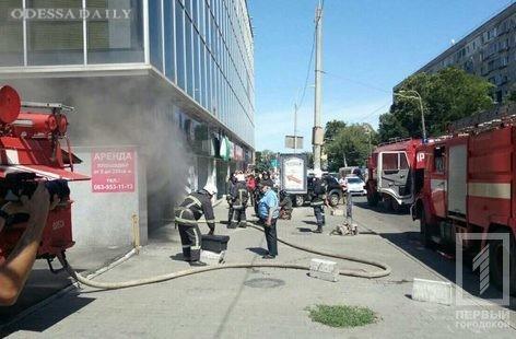 Крупный пожар: на Черняховского горит торговый центр