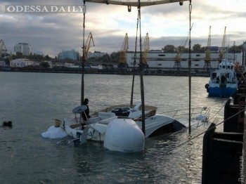 Затонувшую на одесском морвокзале яхту подняли со дна