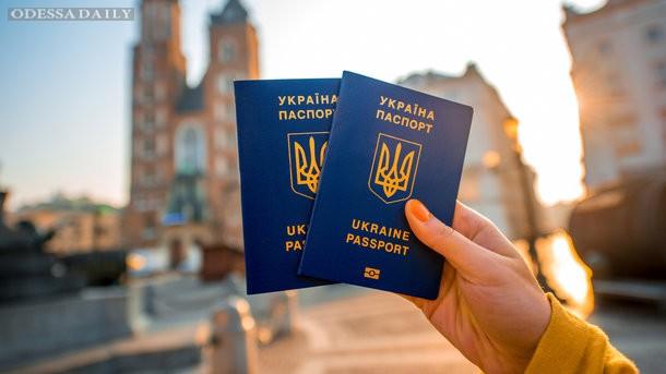 Опрос показал, что почти половина украинцев не собираются оформлять биометрические паспорта