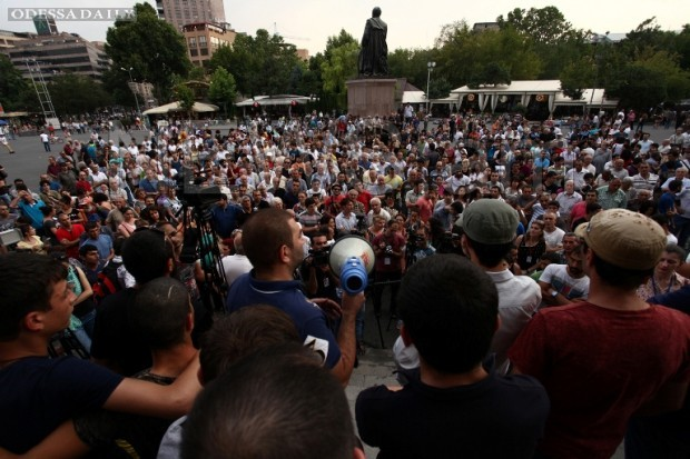 Протесты в Ереване: протестующие вновь вышли на площадь Свободы