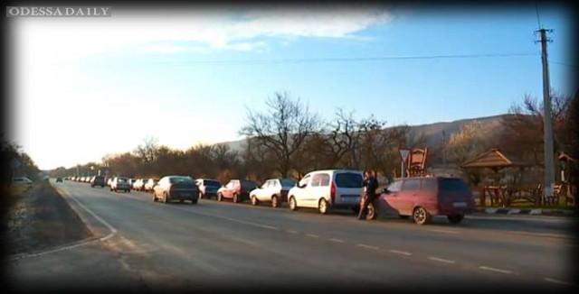 В Крыму бензиновый коллапс: на АЗС в одни руки продают только 20 литров бензина (ВИДЕО)